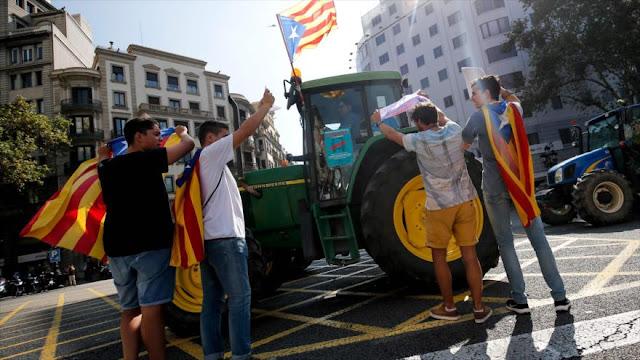 Miles de tractores desfilan en Cataluña en defensa del referéndum
