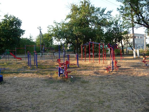 Авдіївка. Дитячий майданчик біля школи № 1