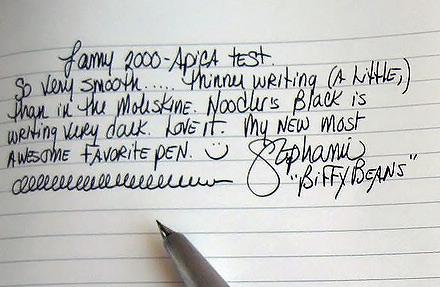 Siyah kalemle çizgili bir kağıda yazılmış karizmatik bir el yazısı