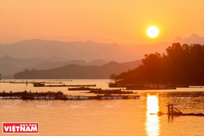 Du ngoạn lòng hồ Hòa Bình - Cảm nhận Việt Nam