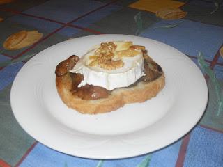 Tostada con rovellones salteados, queso de cabra y nueces por encima