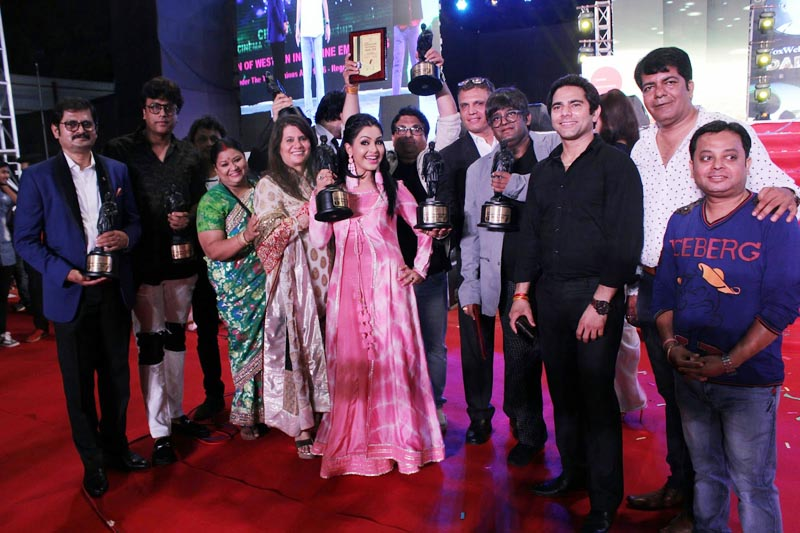 Cast of Bhabhiji Ghar Par Hain celebrating best serial award
