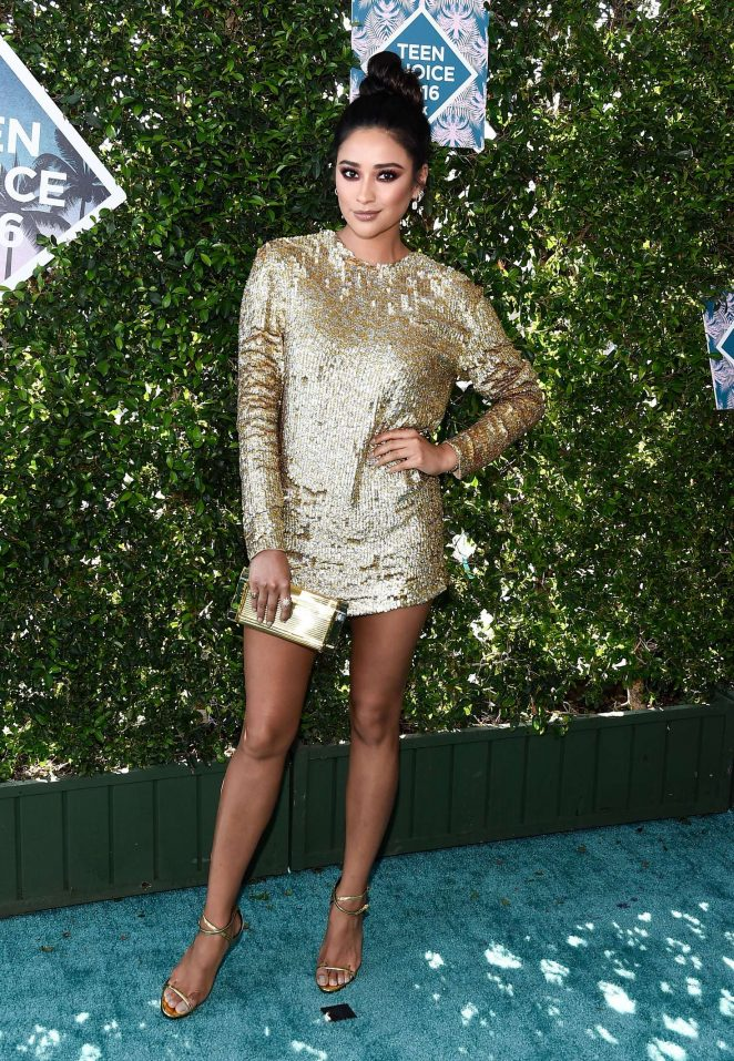 Shay Mitchell wears an embellished gold dress to the 2016 Teen Choice Awards‏