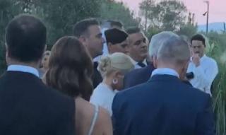 Ρέμος – Μπόσνιακ: Παντρεύτηκαν με την κόpη τους παρανυφάκι