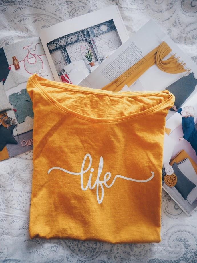 photo-maituins-novedades-primavera-camiseta-life-mostaza