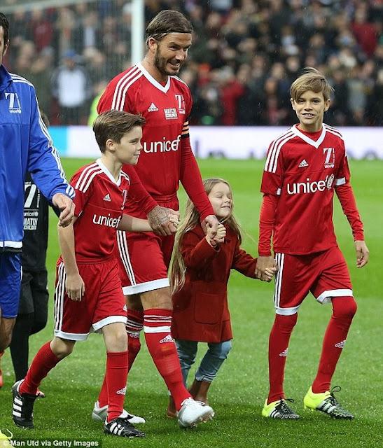 Harper Beckham ngáp ngắn ngáp dài khi ra sân bóng cùng bố và các anh