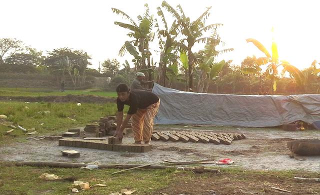 Pengrajin batu bata di desa muara blanakan subang