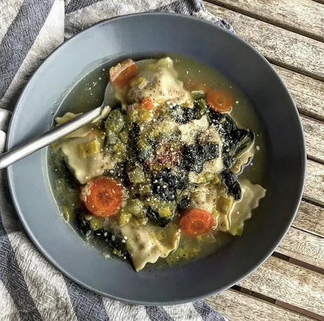 Soupe healthy de raviolis aux épinards