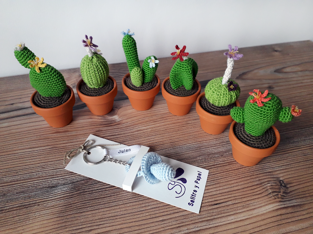 Cactus de ganchillo para mesas de boda y llavero chupete amigurumi