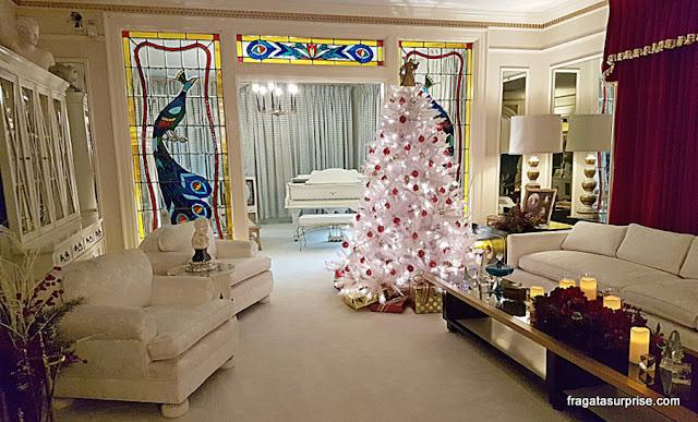 Graceland, a mansão de Elvis Presley, decorada para o Natal