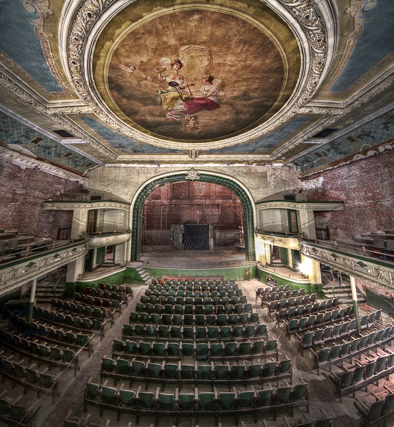 13. The Orpheum Theater, Massachusetts, USA - 31 Haunting Images Of Abandoned Places That Will Give You Goose Bumps