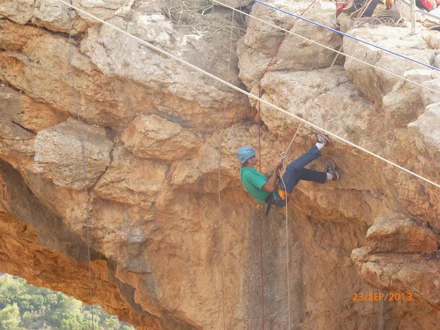 גיל עושה סנפלינג במערת קשת
