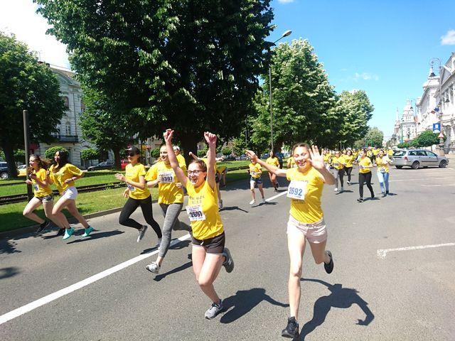 Echipa de masaj Chindea & Angels din Timisoara la Maratonul, semimaratonul și crosul Aradului 2017. Concurenti in alergare