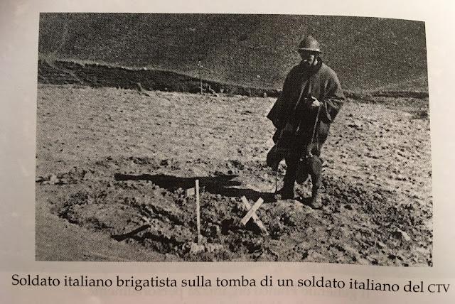 Brigadista italiano en la tumba de un compatriota que luchaba en el bando nacional con el CTV - Italianos en la guerra civil española - el troblogdita - Álvaro García