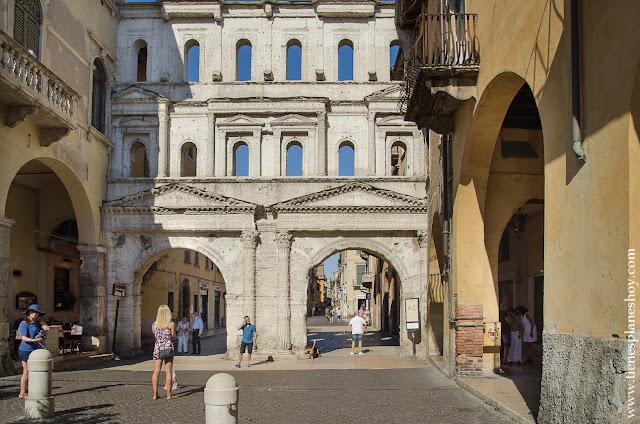 Verona Porta BOrsari ciudad monumental Italia viaje