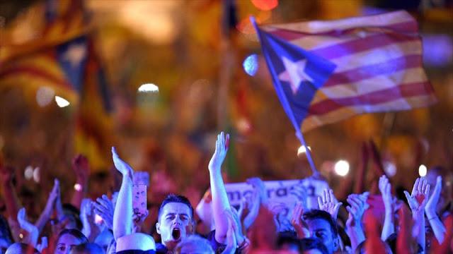 Catalanes ocupan colegios electorales para proteger el referéndum