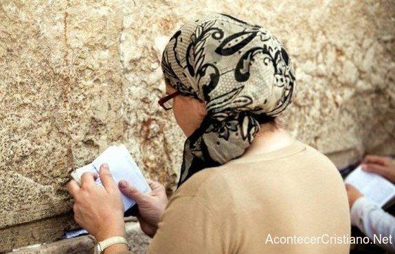 Mujer judía orando en el Muro de los Lamentos