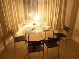 Glasgow-i lakás vacsora lámpafényben