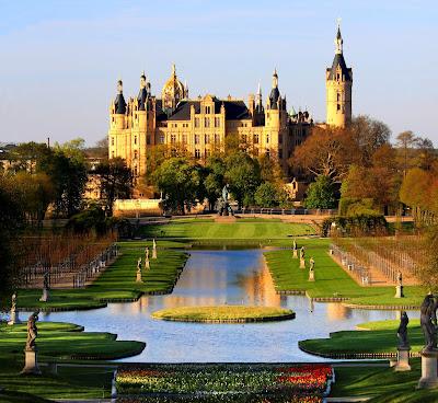 أجمل 10 قصور ملكية تاريخية في العالم Schwerin_Palace_Park_Garden_Mecklenburg_Germany_Schweriner_Schloss_Garten_BUGA_2009