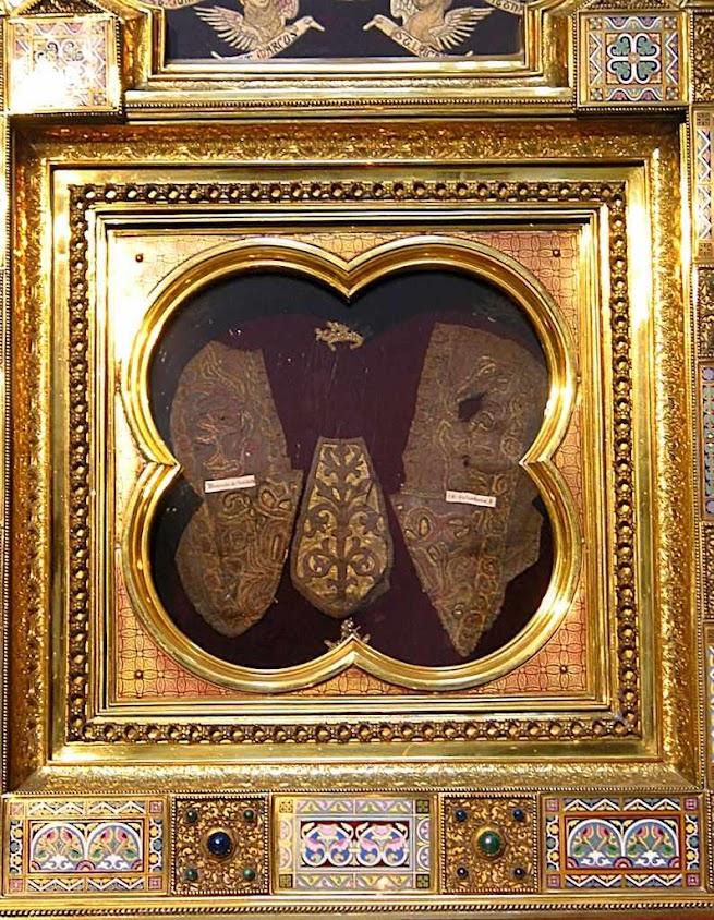 Fragmentos das Sandálias de Cristo, encastoados em sandálias de coroação