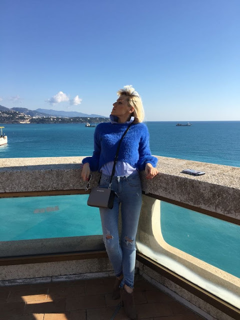outfit blu casual outfit casual come abbinare il blu maglione blu fluffy jeans skinny come abbinare i jeans destroyed borsa Michael kore ragazze bionde mariafelicia magno fashion blogger colorblock by felym fashion blogger italiane outfit autunno