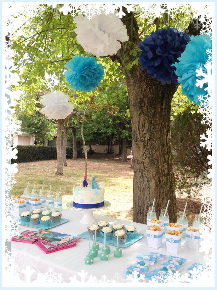 arbre et table d'anniversaire decores en bleu et blanc sur le theme de la reine des neiges