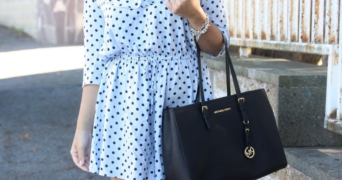 Tutina azzurra e nera a pois per uno degli ultimi outfit d'estate