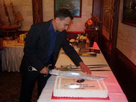 Стефан Колев разрязва тортата на юбилея 20 години Бей Син