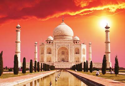 Sejarah Bangunan Masjid Taj Mahal India    Pembanangunan masjid ini hampir bersamaan dengan pembangunan Maosoleum Taj Mahal. Ratu Mumtaz Mahal wafat pada tahun 1631, jenazahnya sempat sementara waktu dimakamkan di areal sekitar sisi barat tembok Taj Mahal yang kini ditandai dengan batu pualam yang sedikit ditinggikan seukuran makam, dan di tahun 1631 itu pula kompleks Taj Mahal ini mulai dibangun, baru kemudian setelah keseluruhan bangunan Taj Mahal selesai di tahun 1648 jenazahnya dipindahkan ke dalam Taj Mahal.  Pada tahun 1983 Masjid Taj Mahal masuk dalam situs warisan sejarah dunia Unesco, terkenal dengan sebutan sebagai Permata seni islam di India, dan salah satu mahakarya universal warisan dunia. Sepanjang tahun tempat ini dibanjiri oleh turis manca Negara maupun turis lokal India. menjadikannya sebagai salah satu pundi pundi penghasilan devisa Negara dari sektor pariwisata India.  Taj Mahal di kenal sebagai contoh karya arsitektur muslim India. Selain itu, Taj Mahal dikenang sebagai lambang cinta abadi Kaisar Shan Jahan untuk istrinya Mumtaz Mahal. Taj Mahal merupakan simbol cinta dan hasarat.  Taj Mahal dibangun Kaisar Mogul ke lima itu antara tahun 1631-1648 untuk mengenang, Arjuman Bano Begum, atau lebih dikenal sebagai Mumtaz Mahal.  Awalnya, Shan Jahan hanya