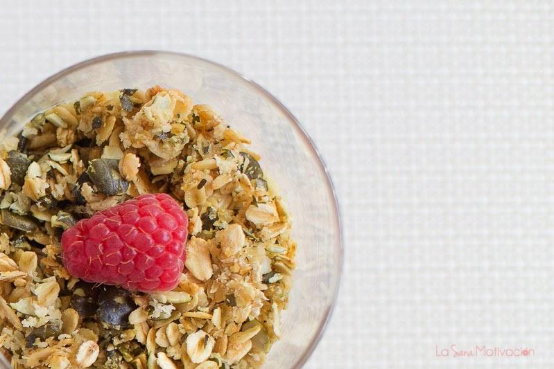 Parfaits de granola, fruta y crema de coco o yogur