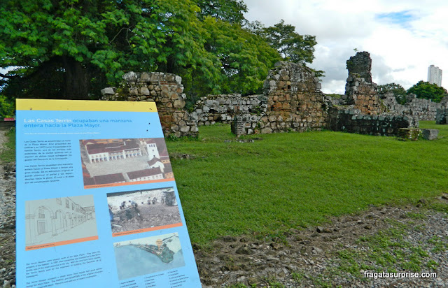 Placa informativa no Sítio Arqueológico de Panamá Viejo, Panamá