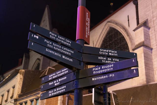 Señal con diferentes localizaciones de Bruselas