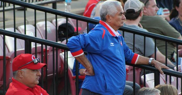 """El altamente impopular Higinio Vélez (de azul, en el centro de la foto) tocó, a su manera, el tema de Michel Enríquez y además anunció que Cuba mantiene conversaciones """"optimistas"""" con la MLB"""