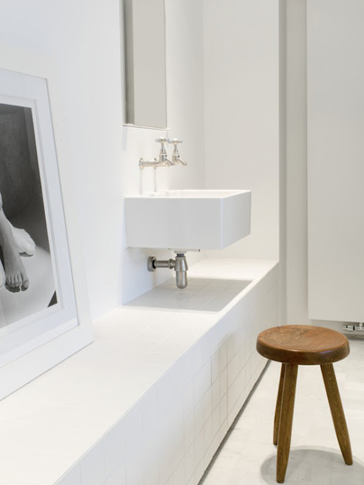Minimalistic bathrooms with a natural touch