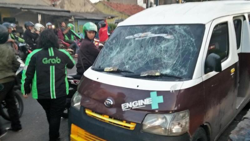 Driver ojek online sweeping angkot di Tangerang