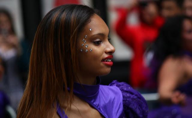 Diferentes tonos de piel y estilo de pelo en la comunidad afroamericana