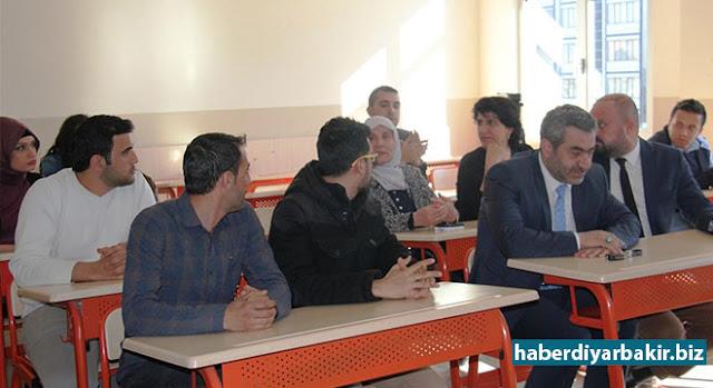 DİYARBAKIR-Türkiye Beyazay Derneği Diyarbakır Şubesi, Diyarbakır Valiliği ve Bağlar Halk Eğitim Merkezi Müdürlüğünün desteğiyle kamu kurum ve kuruluşlarda çalışanlara yönelik işaret dili kursu başlattı.