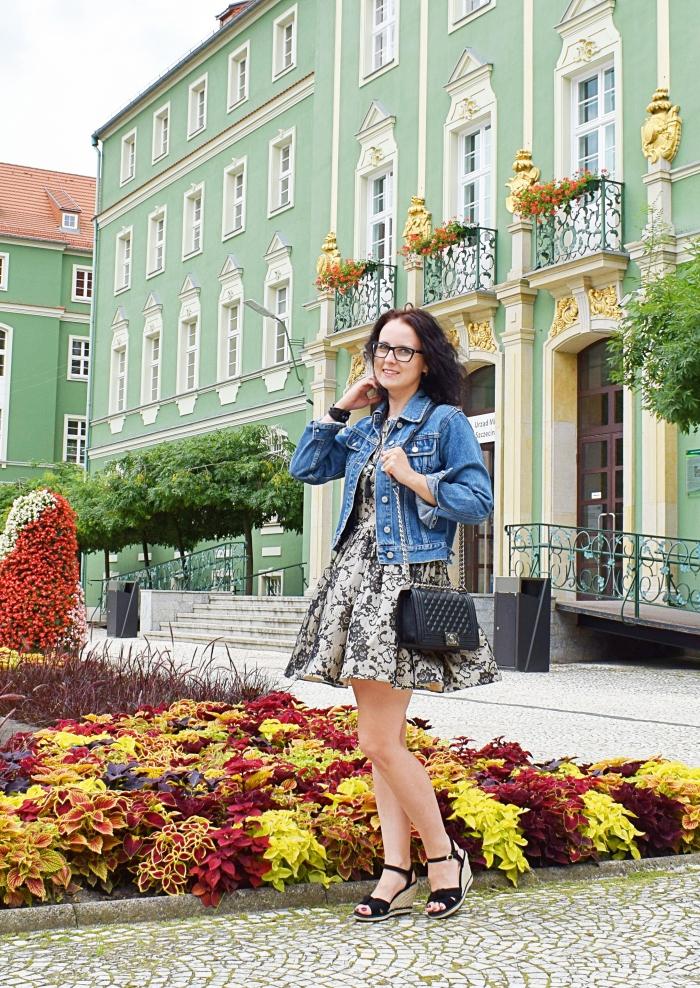 Sukienka uszyta z elastycznej koronki wykrój Burda 10/2012