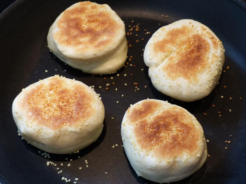 Laissez cuire à la poêle les muffins de chaque côté.