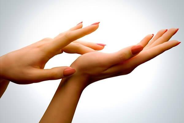 تعليمات لتأخير إشارات الشيخوخة على يديك