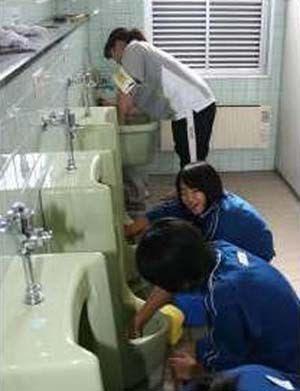 Japanese School Makes Kids Clean Urinals Barehanded Damn