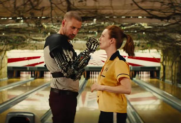 Charlie (Edward Holcroft) et Poppy (Julianne Moore) dans Kingsman le cercle d'or