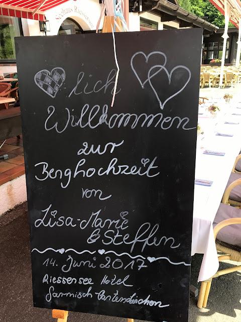 Tafel Willkommen, Trachtenhochzeit in Himmelblau und Weiss, heiraten auf der Zugspitze, feiern im Riessersee Hochzeitshotel in Garmisch-Partenkirchen, Hochzeitsplanerin Uschi Glas