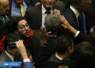 Jean Wyllys cospe em Bolsonaro e poderá perder o mandato por falta de decoro