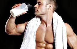 ¿Tomar la proteína antes, durante o después de las pesas?
