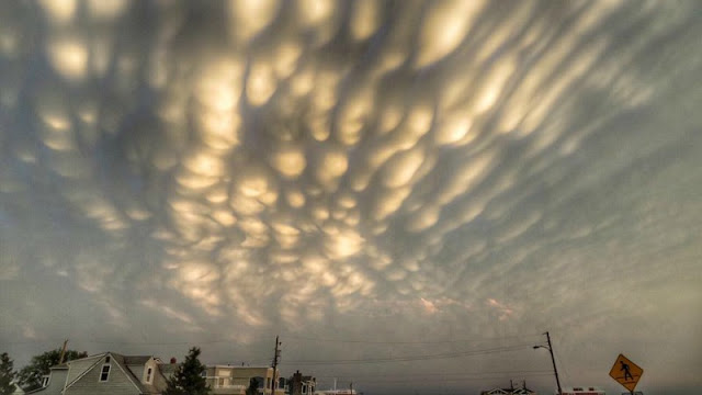 http://earthsky.org/earth/amazing-photos-of-mammatus-clouds