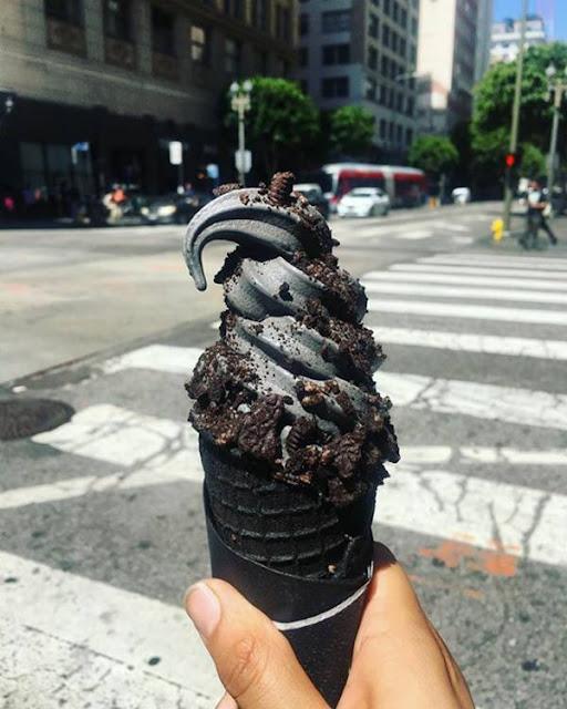 ايس كريم أسود بنكهة الفحم 4