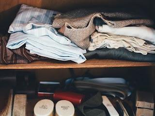 Vêtements rangés dans un placard