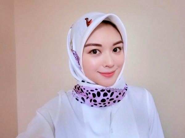 Menggunakan dan memakai hijab agar tampil cantik