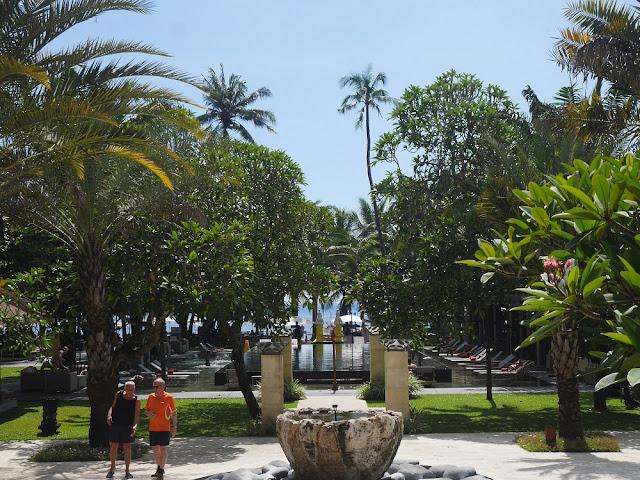 Area kolam renang di Segara Village Hotel